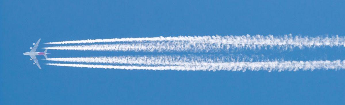 Foto: Flugzeug mit Kondensstreifen