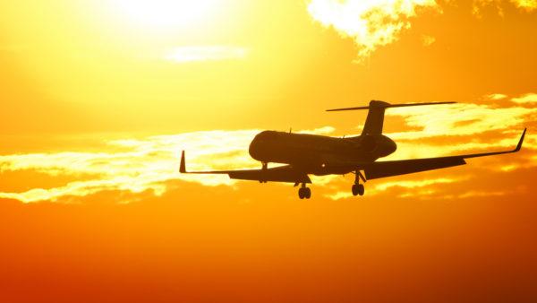 Foto: Flugzeug im Anflug auf den Flughafen Zürich bei Sonnenuntergang