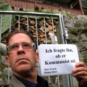 Foto: Person zeigt Max Frisch-Zitat «Ich fragte ihn, ob er Kommunist sei» aus Homo faber
