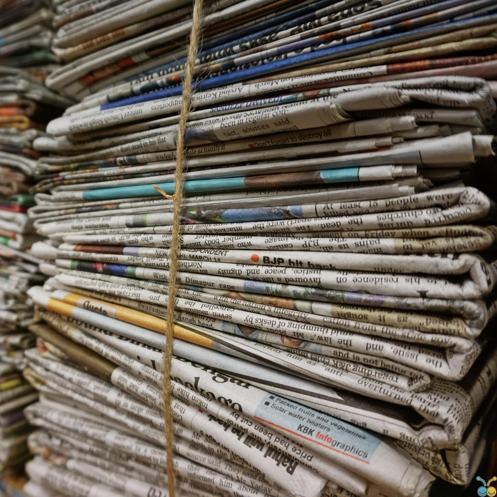Foto: Gestapeltes und gebündeltes Altpapier, insbesondere Zeitungen