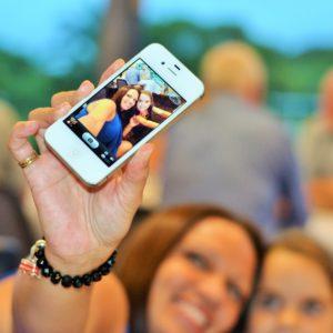 Foto: Smartphone-Selfie von zwei Frauen
