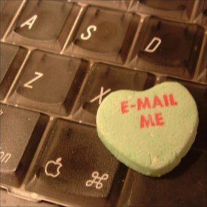 Foto: Herzchen «E-Mail Me» auf dreckiger Tastatur