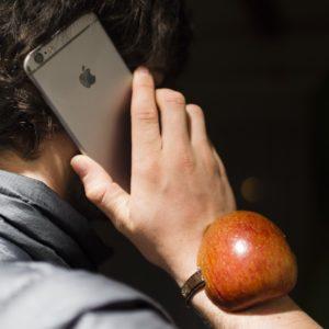 Foto: Apfel-Watch (Apfel ans Handgelenk gebunden!)