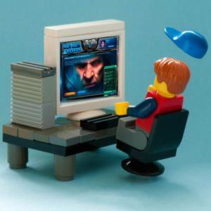Bild: Lego-Figur, die einen Computer nutzt
