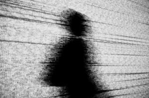 Schwarze menschliche Silhouette vor einem Hintergrund aus weissem Datenrauschen