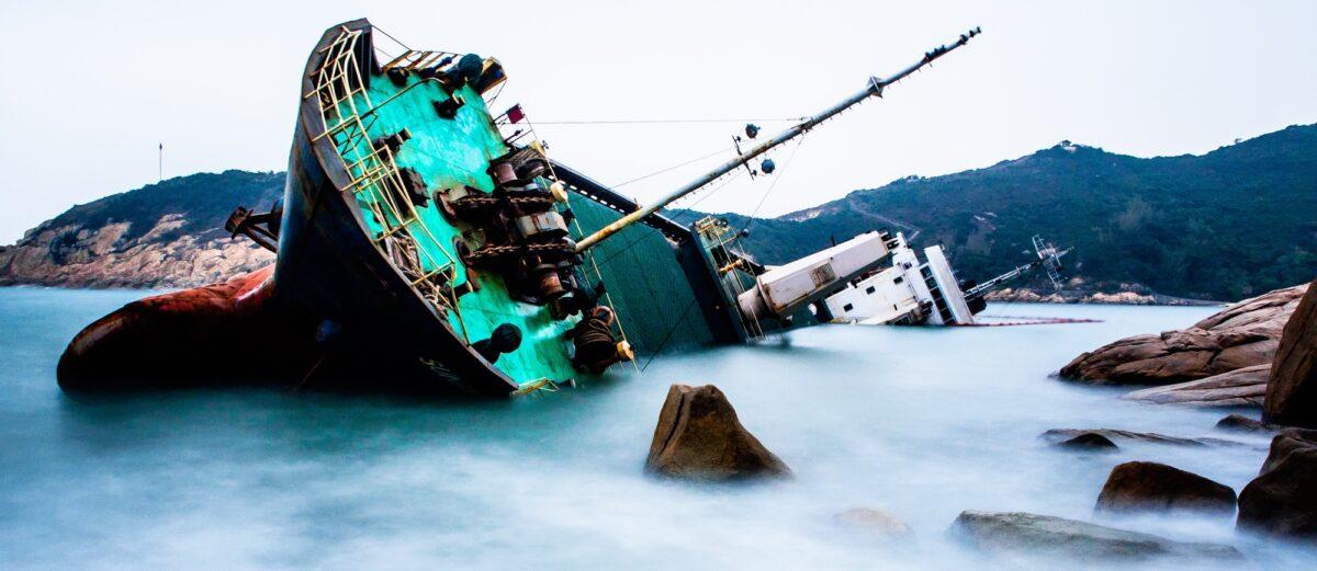 Foto: Schiff, das auf Grund gelaufen ist