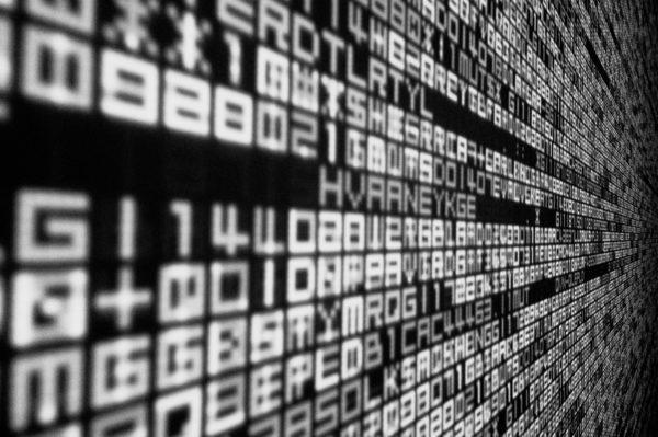 Bild: Visualisierter Datenfluss mit weissen ASCII-Zeichen auf schwarzem Grund