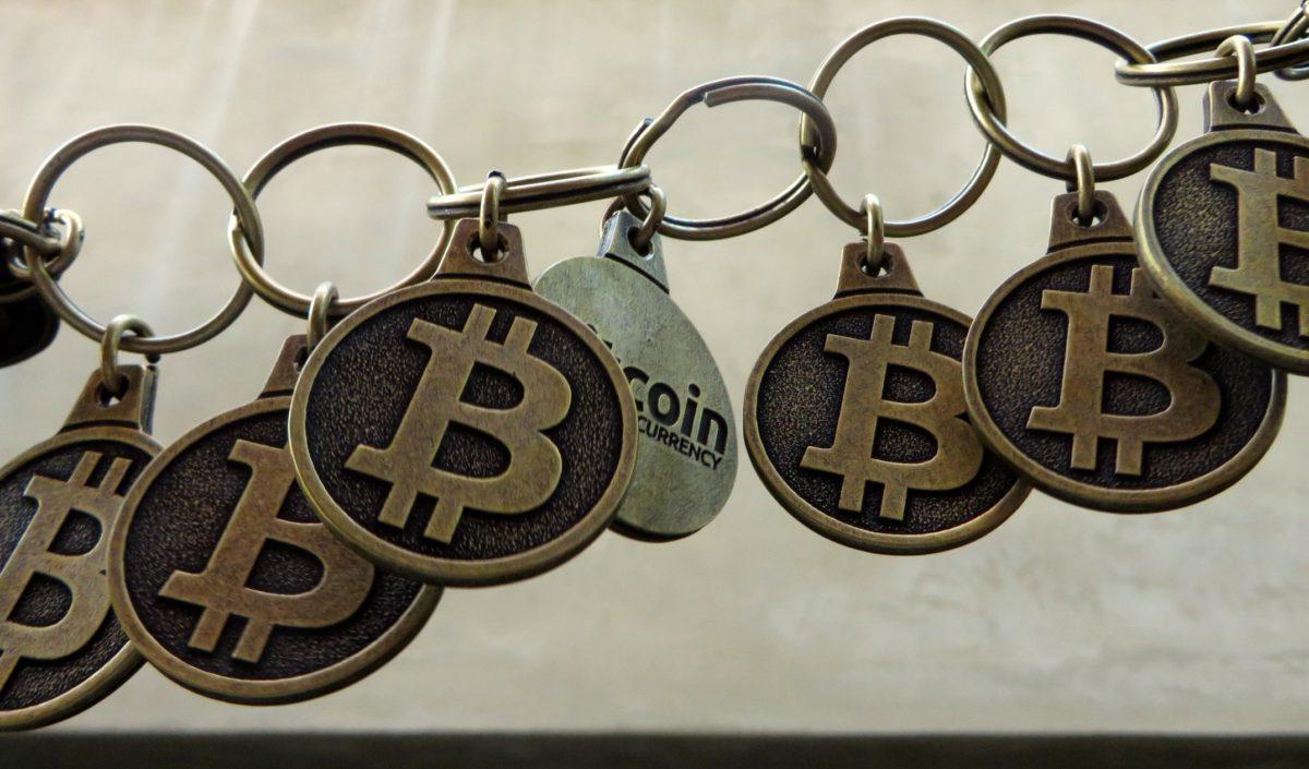 Foto: Kette aus Bitcoin-Münzen (symbolisierte Blockchain)