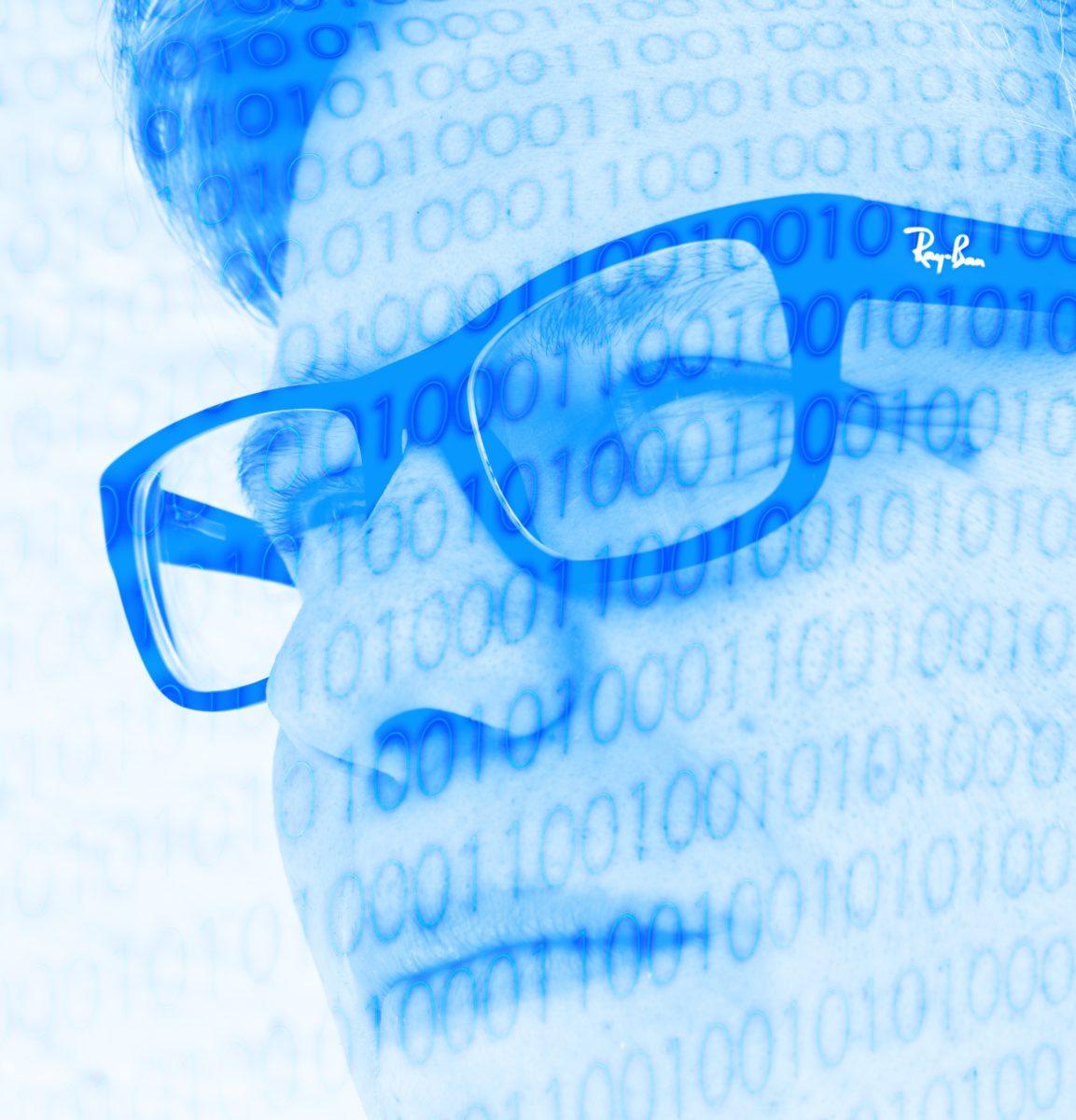 Bild: Gesicht eines männlichen Brillenträgers mit Nullen und Einsen
