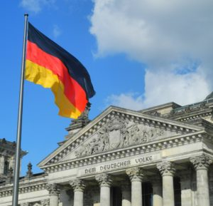 Foto: Deutsche Flagge vor dem Reichstag in Berlin