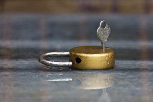 Foto: Altmodisches Vorhängeschloss mit Schlüssel