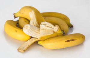 Foto: Bananen, eine davon teilweise geschält