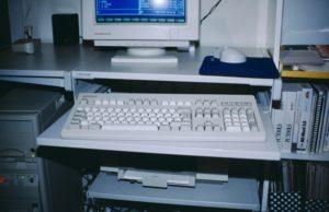 Foto: Computer-Bildschirm, -Tastatur usw. (1992)