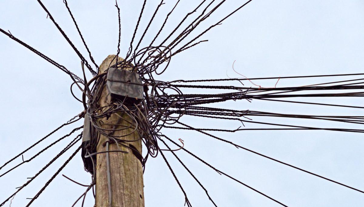 Foto: Drähte an einem Telefon-Mast