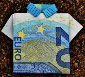 Foto: Euro-Geldschein, der zu einem Hemd gefaltet wurde