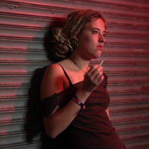 Foto: Rauchende Lena Neckel als Schauspielerin im Facebook-Musical
