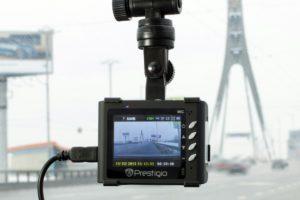 Foto: Dashcam, die mit einem Saugnapf an der Windschutzscheibe befestigt ist
