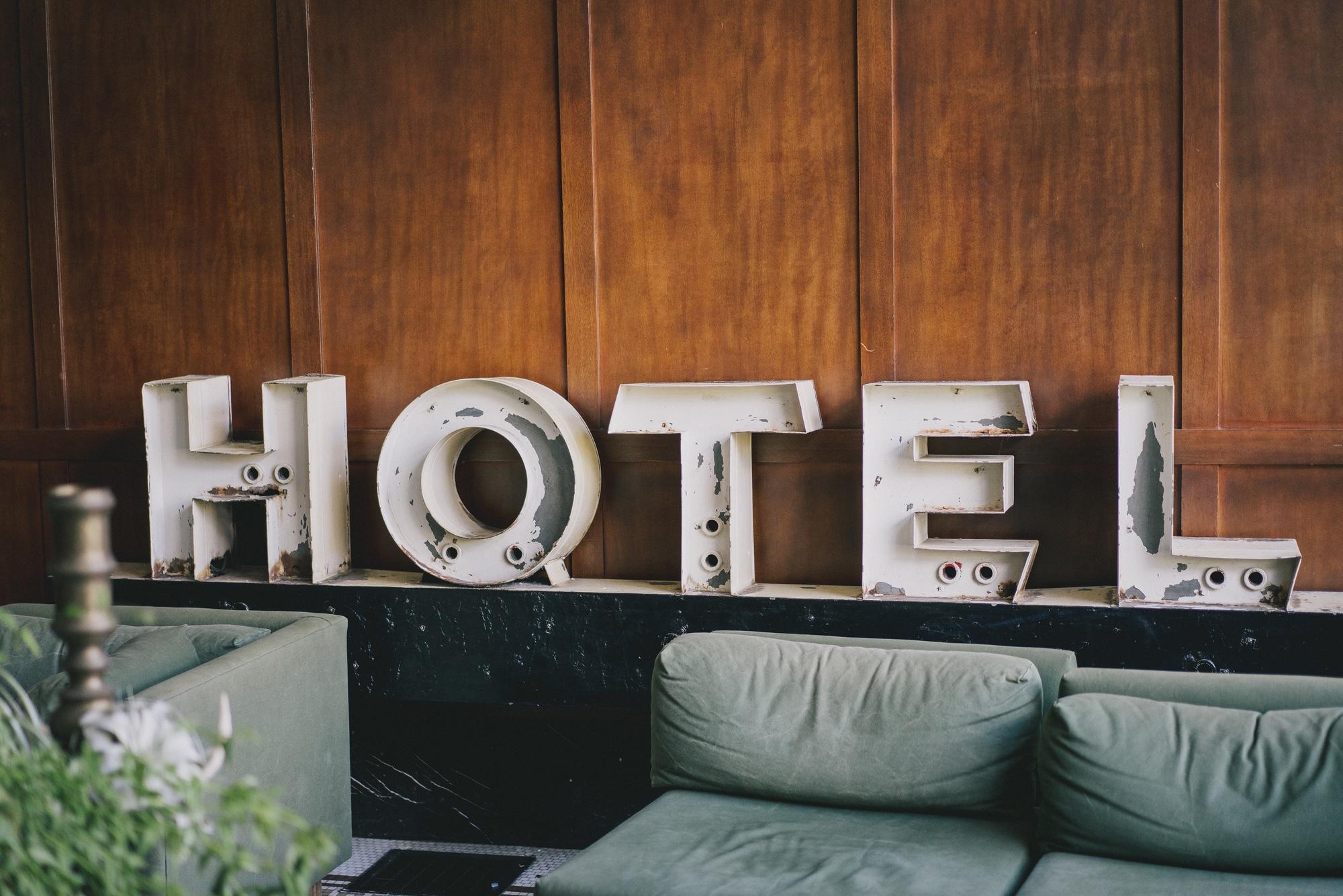Foto: Weisse Buchstaben, die das Wort «HOTEL» bilden
