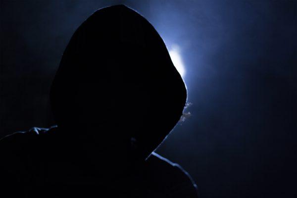 Bild: Hacker mit Hoodie (medientypisches Klischeebild)