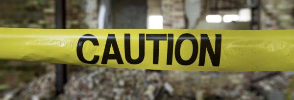 Foto: Gelbes Absperrband mit «Caution»-Beschriftung