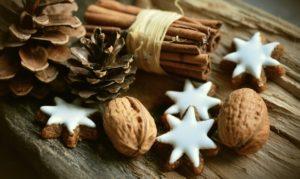 Foto: Weihnachtliche Nüsse, Tannenzapfen, Zimtstangen und Zimtsterne