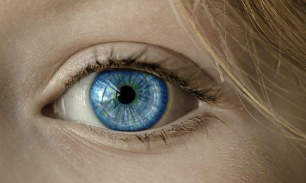 Foto: Auge mit blauer Iris in Nahaufnahme
