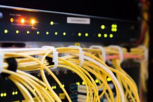 Foto: Netzwerk-Hardware mit gelben Netzwerkkabeln