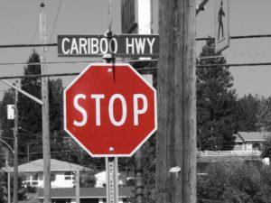 Foto: «STOP»-Schild (farbig) vor schwarz-weissem Hintergrund