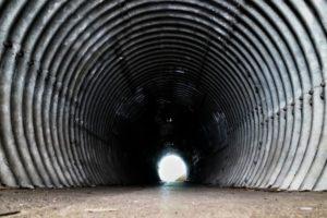 Foto: Tunnel mit Wänden aus Wellblech