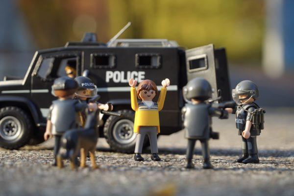 Foto: Polizeieinsatz gegen eine einzelne Person (dargestellt mit Plastik-Figuren)