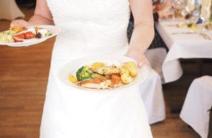 Foto: Kellnerin mit Tellern in der Hand