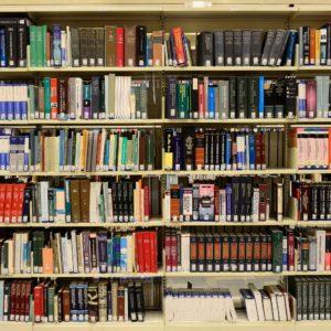 Foto: Bücherregal (in einer Bibliothek)