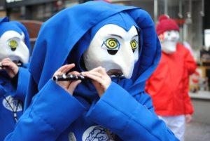 Foto: «Bebbi» an der Basler Fasnacht (mit Maske und Flöte)