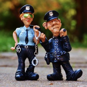 Foto: Polizistin und Polizist (Plastikfiguren)