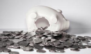 Foto: Geleertes weisses Sparschwein mit vielen ausgeleerten Münzen