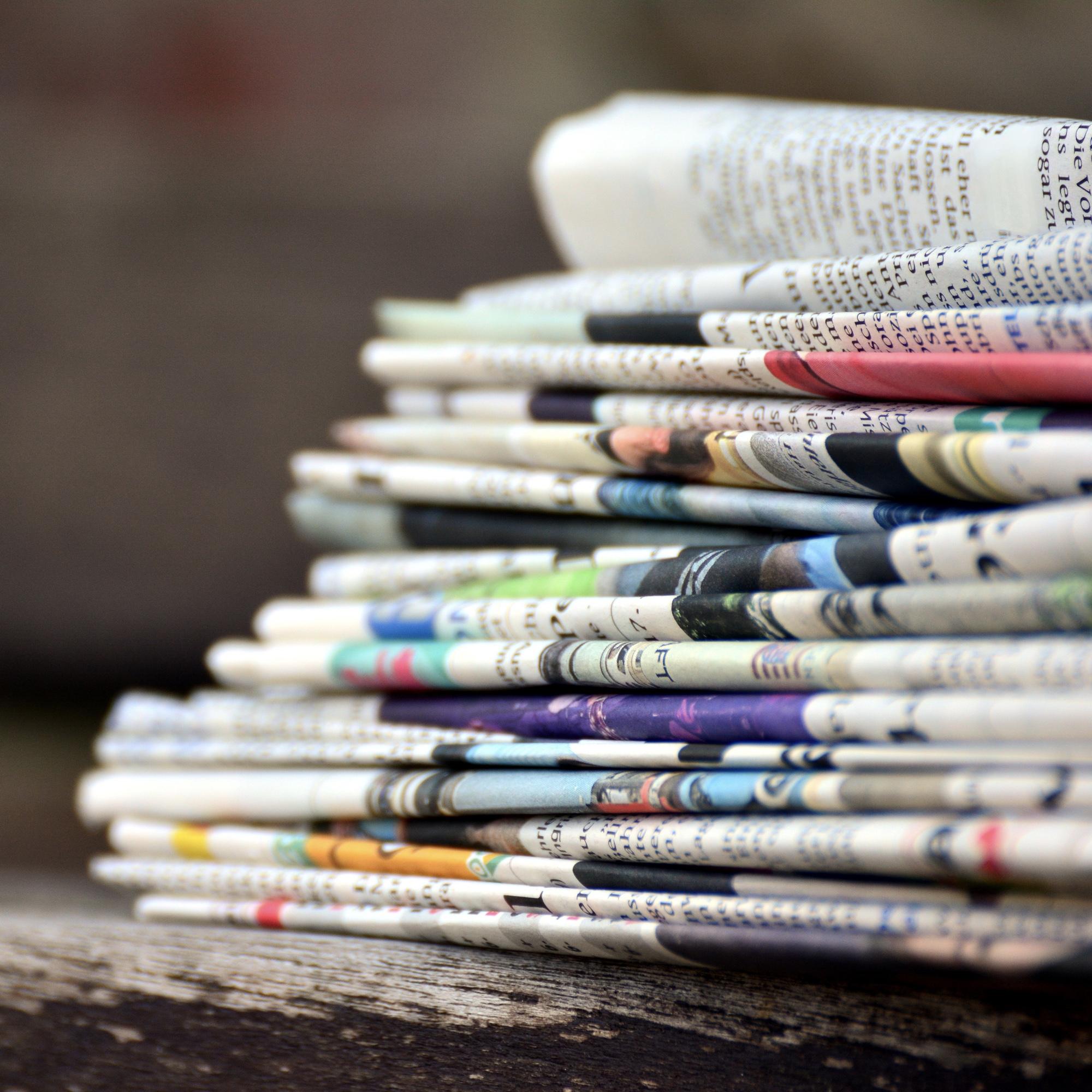 Foto: Aufeinander gestapelte Zeitungen