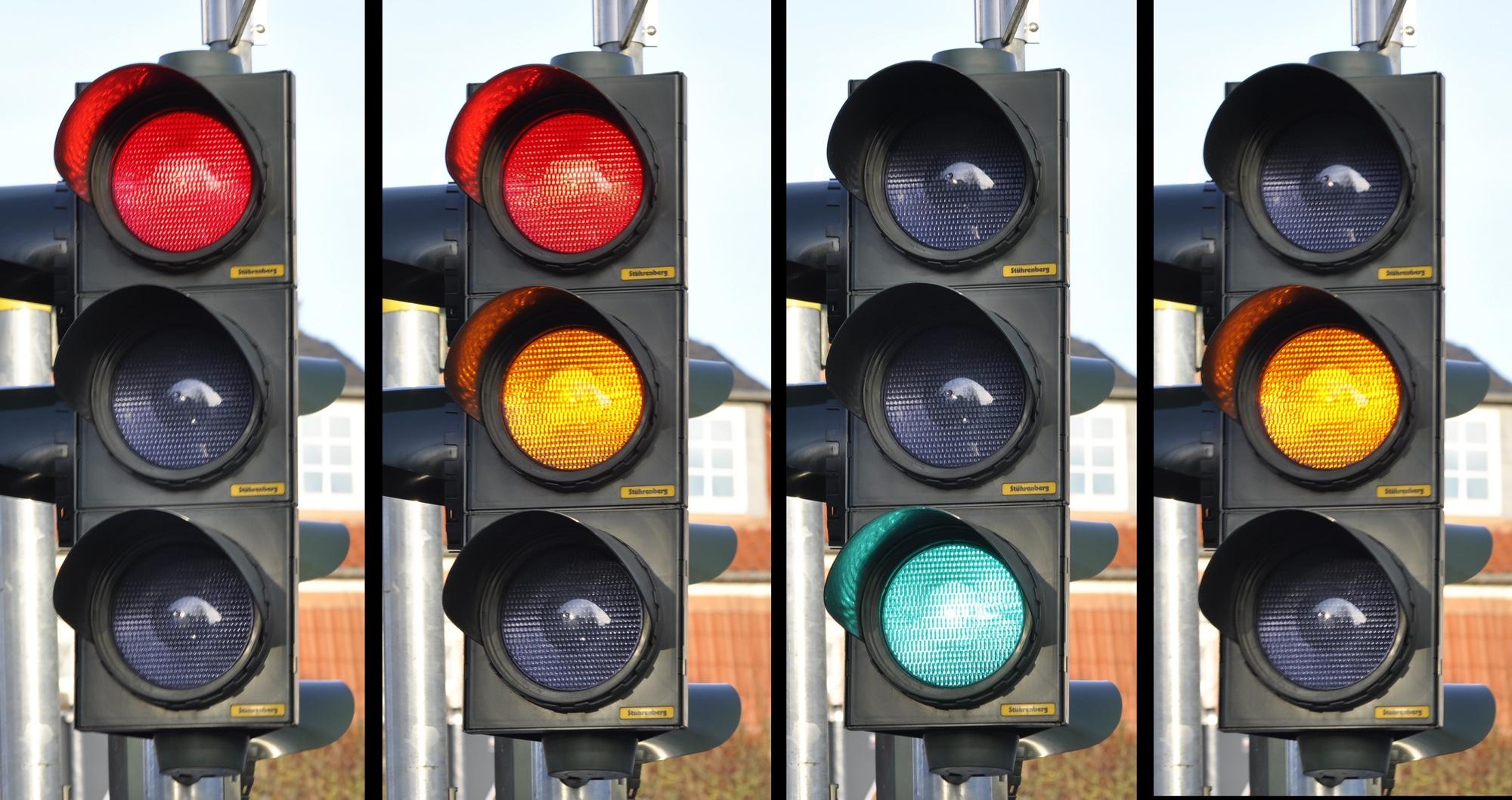 Foto: Lichtsignal mit mehreren Ampeln nebeneinander, die verschiedene Farben zeigen
