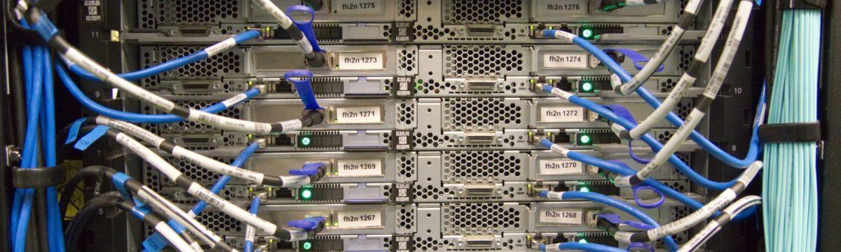 Foto: Server-Rack mit blauen Kabeln