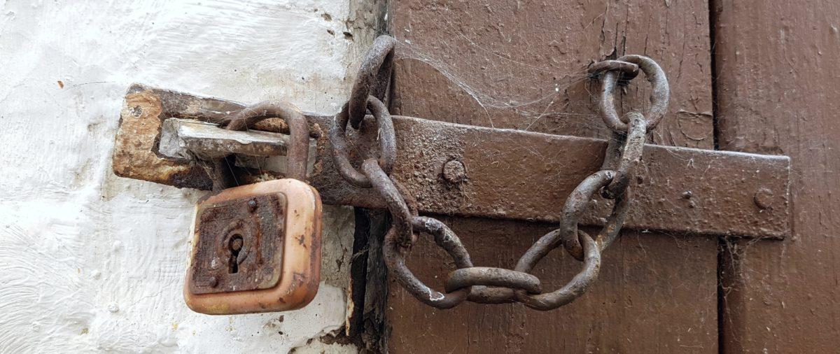 Foto: Holztüre mit Vorhängeschloss