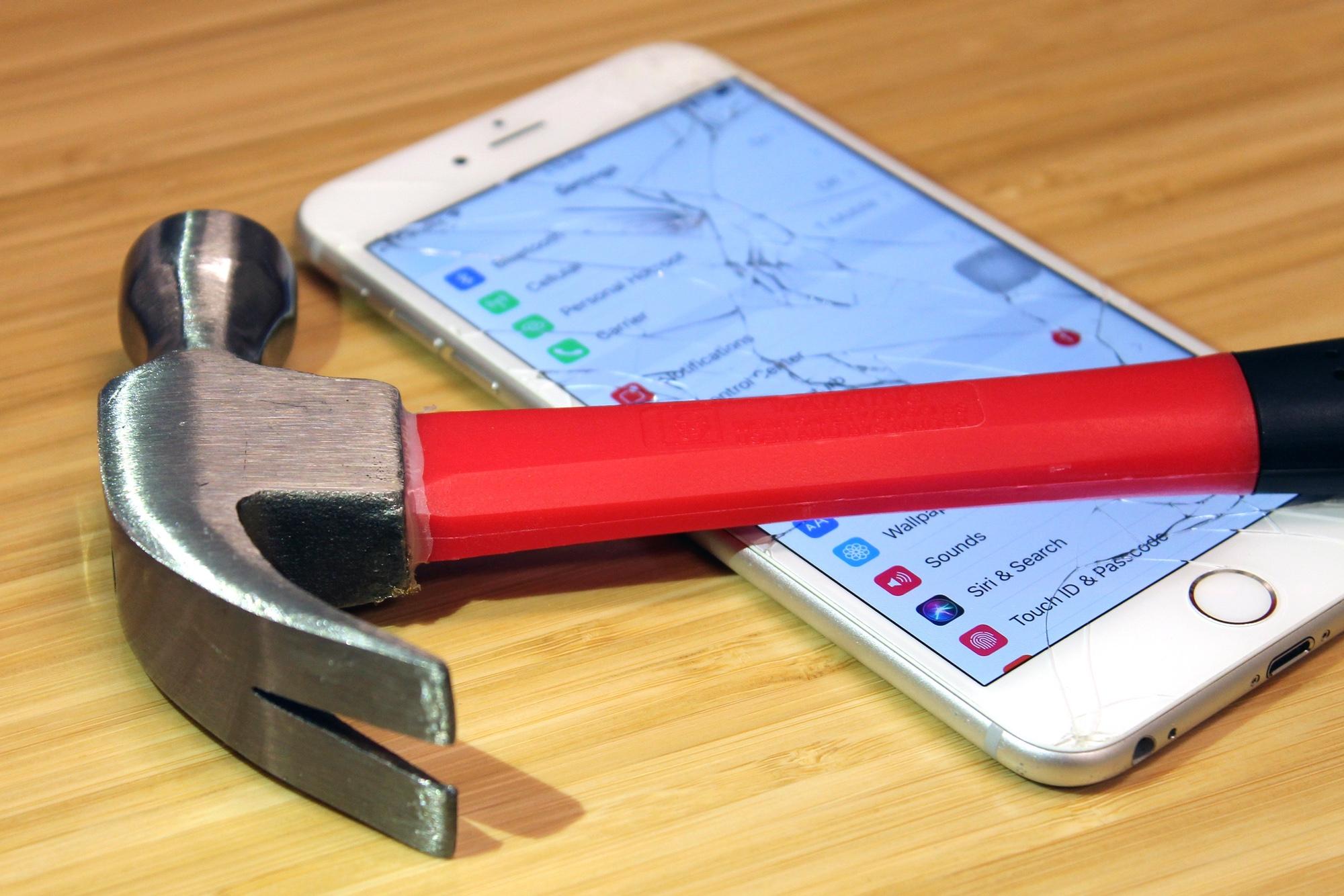 Foto: iPhone, das mit einem Hammer sichtbar beschädigt wurde