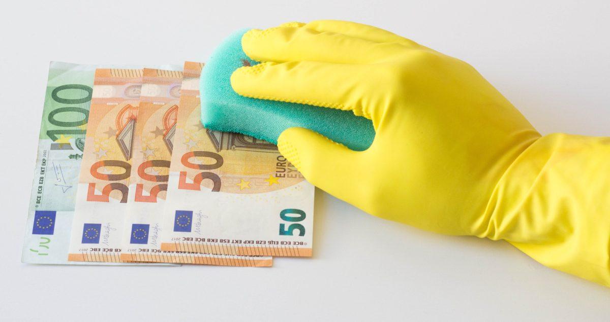 Foto: Reinigung von Euro-Banknoten mit einem Schwamm