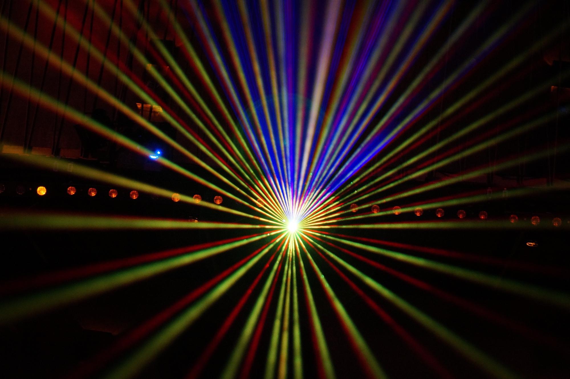 Bild: Laserstrahlen, die unter anderem ein Herz bilden