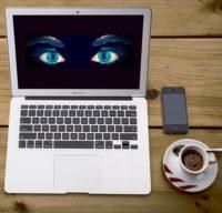 Foto: MacBook mit Bildschirm, der überwachende Augen zeigt