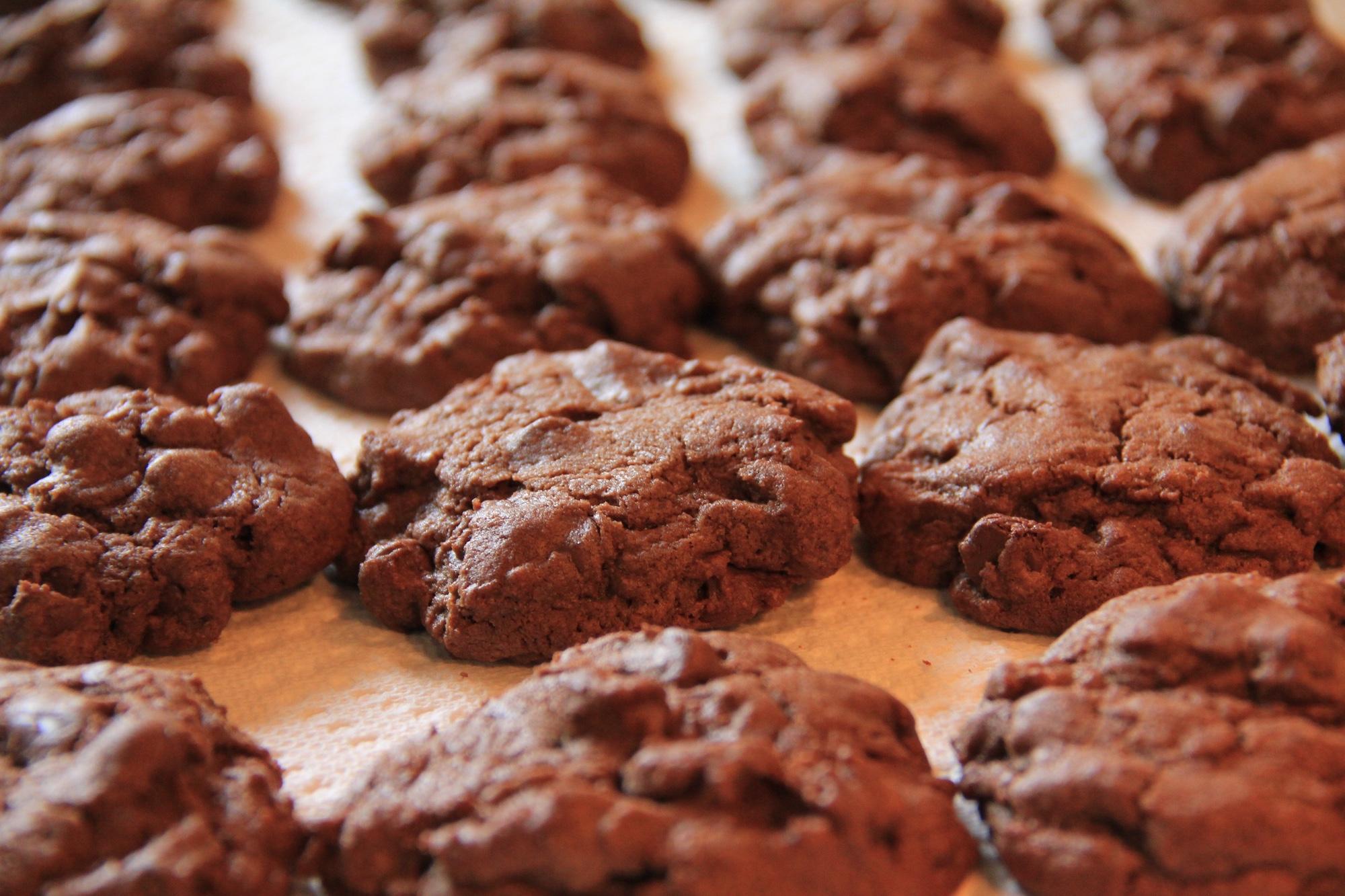 Foto: Schokoladen-Cookies auf einem Backblech