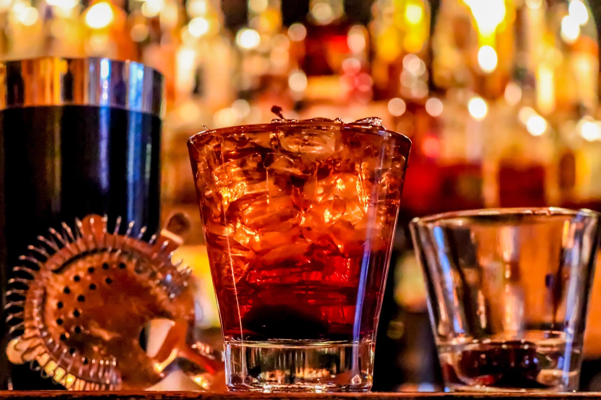 Foto: Gläser mit alkoholischen Getränken in einer Bar