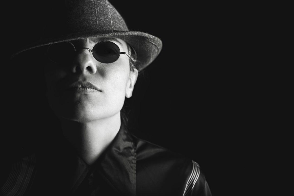 Foto: Privatdetektiv mit Hut und Sonnenbrille