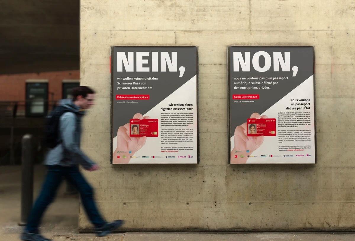 Foto: Zwei Plakete mit Werbung für das Referendum gegen das neue E-ID-Gesetz