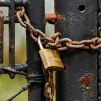 Foto: Gittertor, das mit einem Vorhängeschloss verschlossen ist