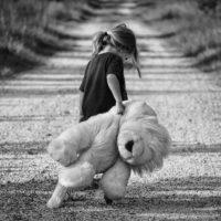 Foto: Kind mit Teddybär