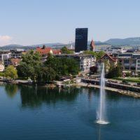 Foto: Stadt Zug (vom Zugersee her gesehen)